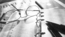 Was es davon noch gibt? Filofax: im Smartphone. Tageszeitung: Ersetzt durch Google. Füller: überflüssig. Die Brille, die ist im Moment noch nützlich. Dieses Foto würde übrigens noch mit Film aufgenommen. 36 Bilder. Sie wissen schon.